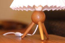 画像2: ヴィンテージ北欧照明/テーブルライト/オーク/3本脚/ジャバラシェード (2)