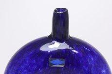 画像2: 北欧ガラス/Oiva Toikka/オイバ・トイッカ/Nuutajarvi/ヌータヤルヴィ/MANSIKKAPAIKKA/一輪挿し/ネイビー/Lサイズ (2)