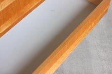 引き出しの底板に汚れではありませんが塗装のムラがあります。