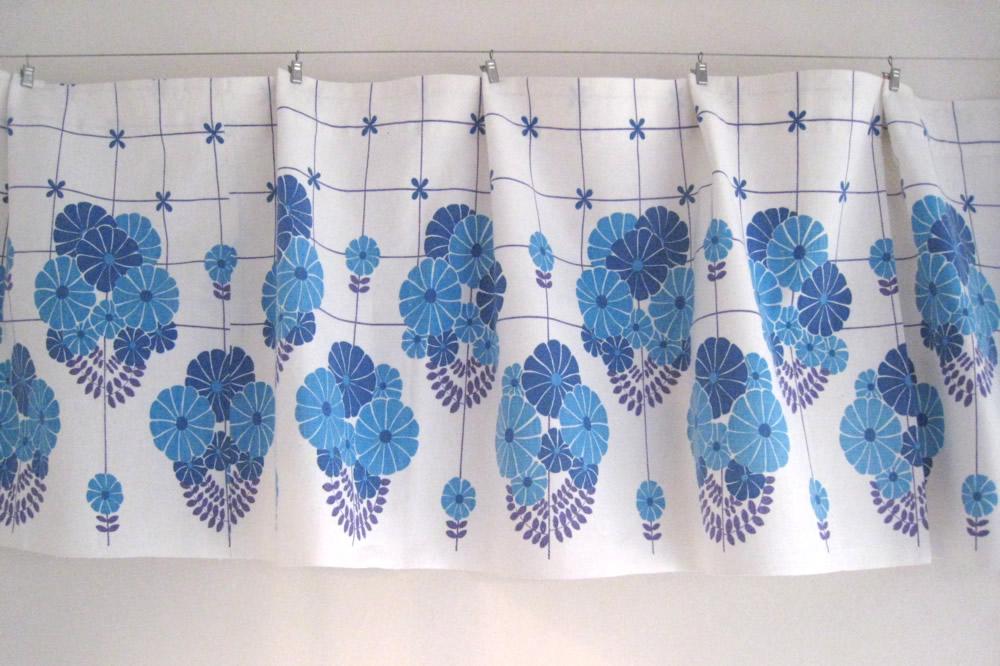 画像1: 北欧雑貨/スウェーデン製/ヴィンテージカフェカーテン ブルー花 (1)
