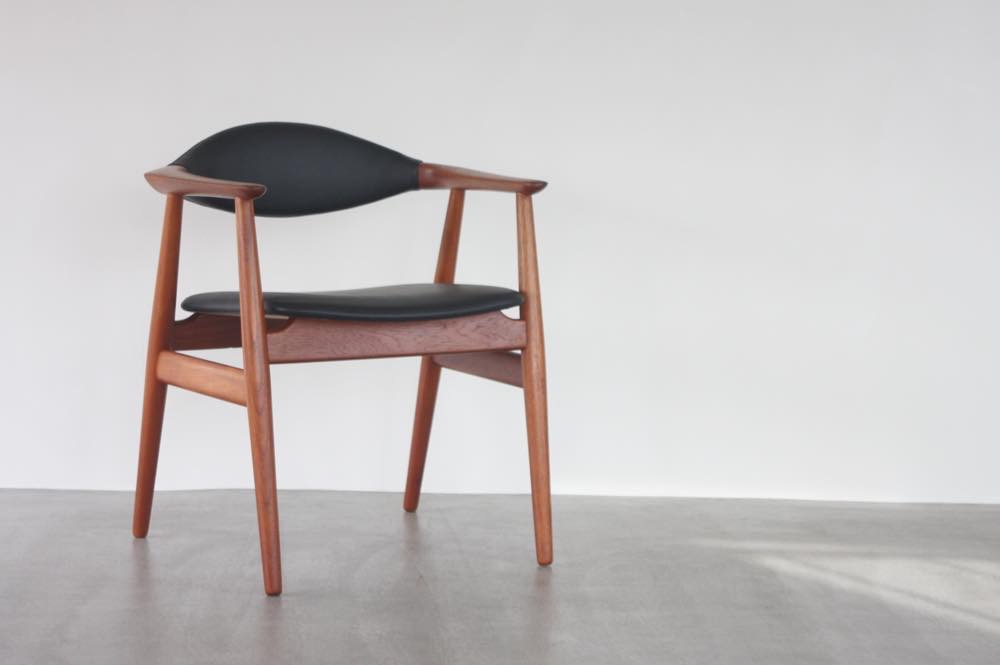 画像1: 北欧家具ビンテージ/デンマーク製 Erik Kirkegaard 皮革張りアームチェア (1)