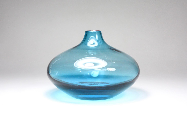 画像1: 北欧ビンテージガラス/スウェーデン色ガラスフラワーベース/ブルー (1)