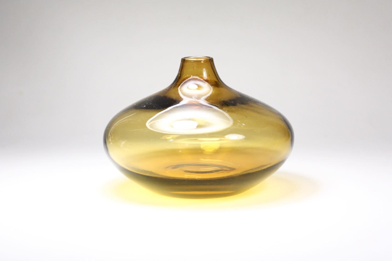 画像1: 北欧ビンテージガラス/スウェーデン色ガラスフラワーベース/ライトアンバー (1)
