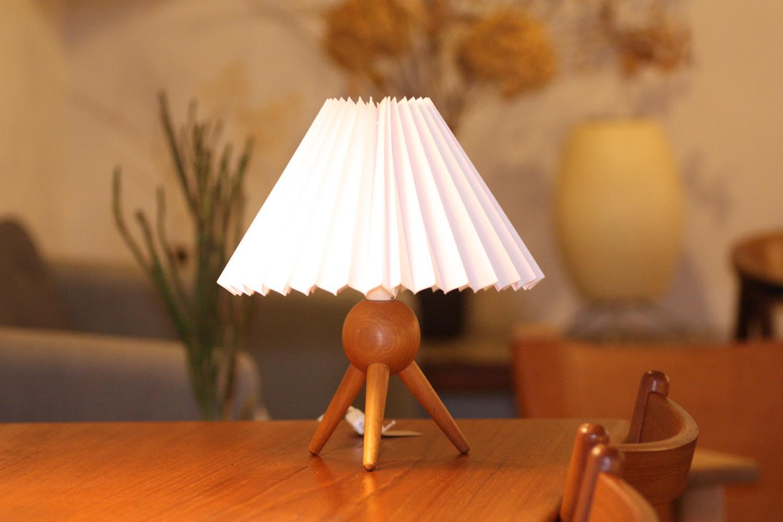 画像1: ヴィンテージ北欧照明/テーブルライト/オーク/3本脚/ジャバラシェード (1)