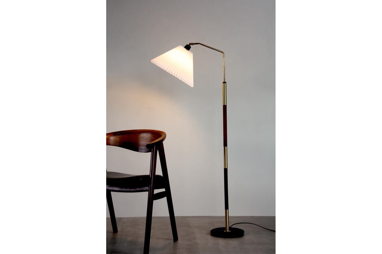画像1: ビンテージ北欧照明/デンマーク製/フロアスタンドライト/チーク&真鍮/ジャバラシェード (1)