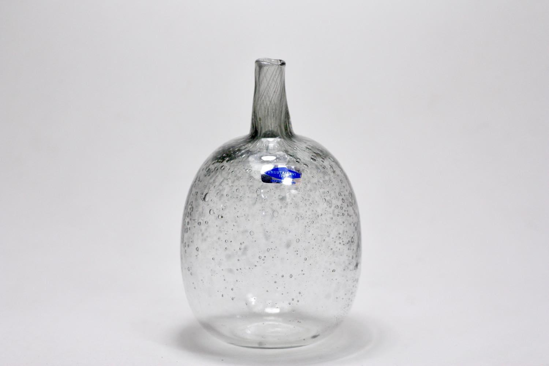 画像1: 北欧ガラス/Oiva Toikka/オイバ・トイッカ/Nuutajarvi/ヌータヤルヴィ/MANSIKKAPAIKKA/一輪挿し/ライトグレークリア気泡入り (1)
