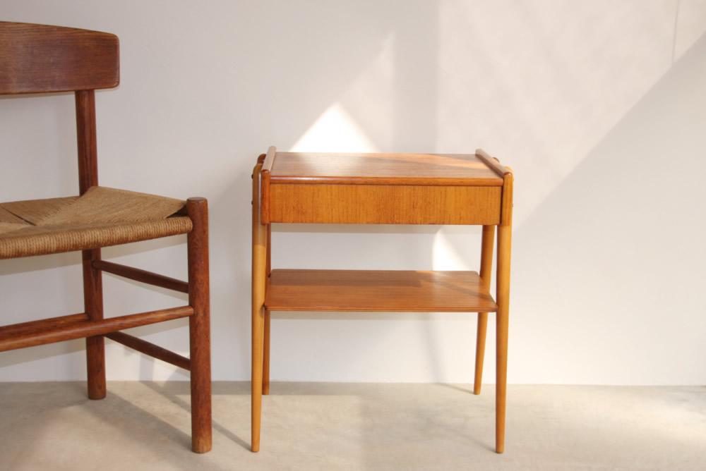 画像1: 北欧ビンテージ家具/スウェーデン チーク ベッドサイドテーブル  (1)